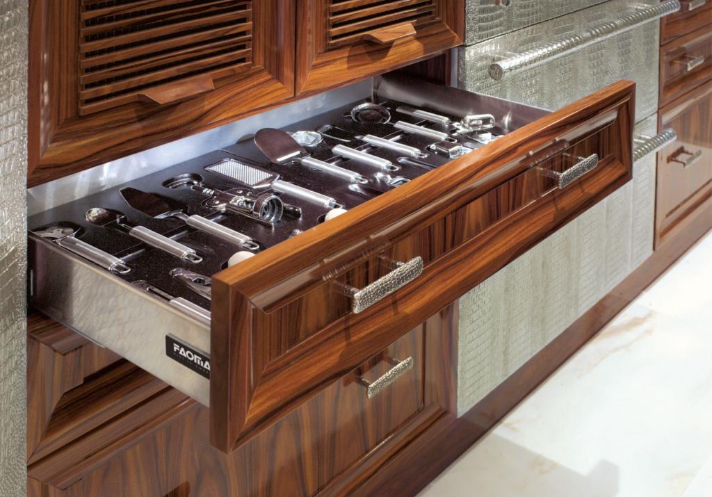 Drawers with internal compartments to keep utensils tidy