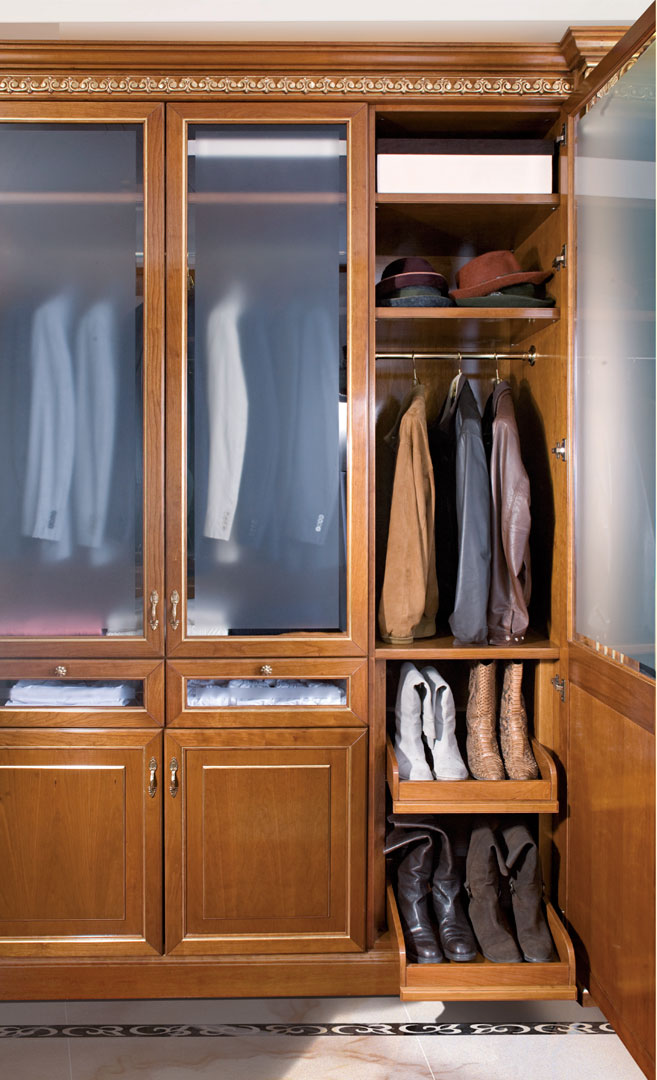 Single door element for hats and boots