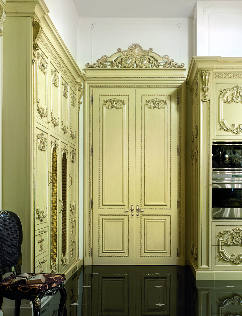 The portal of Diamond collection contains two hinged doors and tympanum carved of solid wood, lacquered and decorated with antiqued silver leaf.