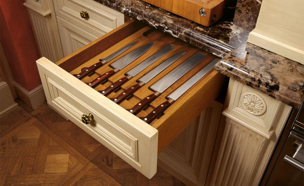 Drawers with internal compartments for knives