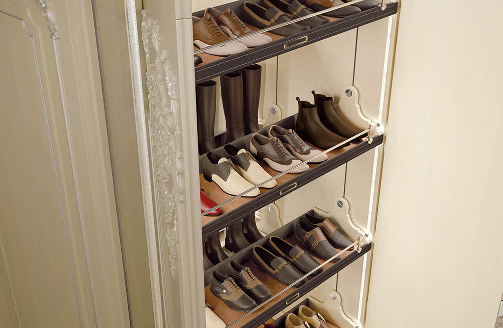 A sophisticated automated system permits easy selection of the desired pair of shoes. Hand safety is ensured by a photocell located at the entrance of the compartment.