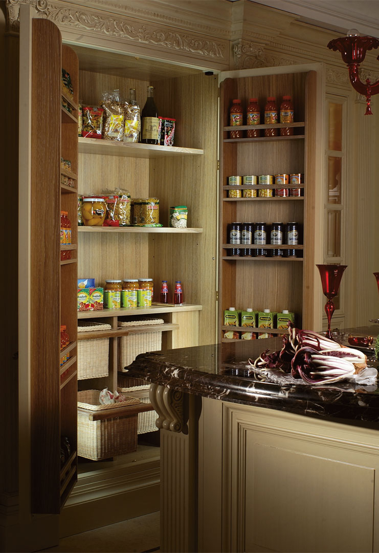 Food is stored in an organized manner thanks to the shelf pantry and pull out baskets