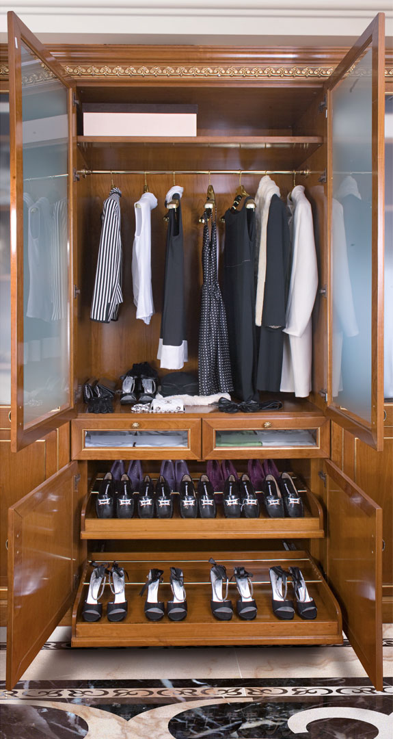 Pull-out shoe rack for shoe storage