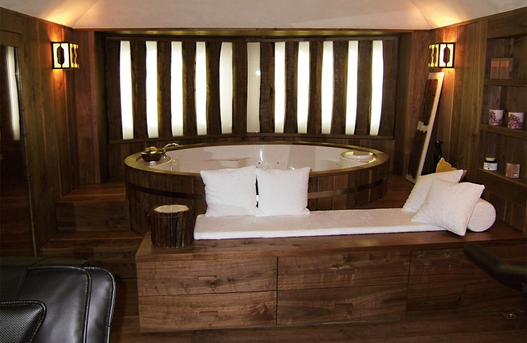 Canaletto walnut is the main protagonist of this exclusive spa