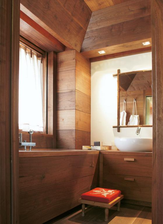 Full height paneling and functional bath tub