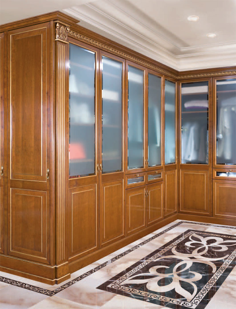Particular view of the wardrobe doors with beveled sandblasted glass.