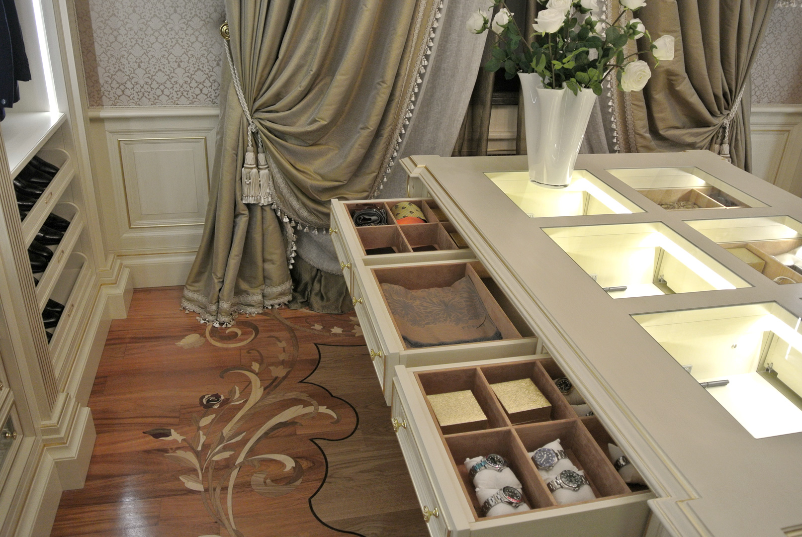 Particular detail of extractable drawers of the island for accessories
