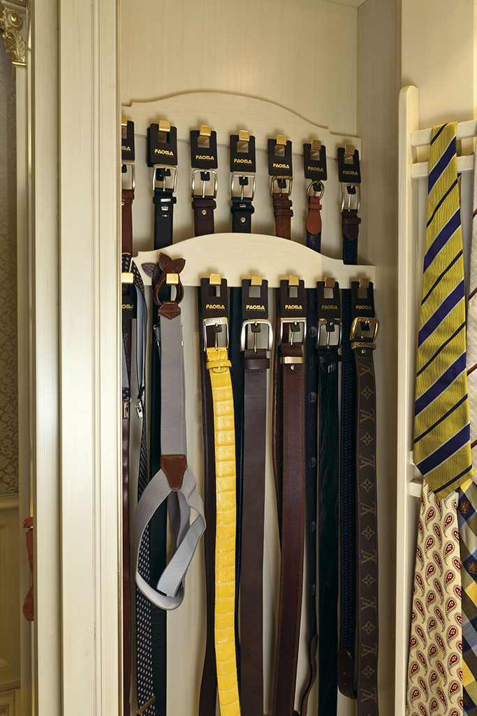 The innovative belt holder displays the attention given to detail and exclusive leather trim