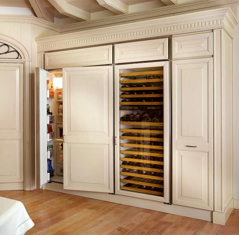 Wall fitted with fridge, wine cellar and pantry