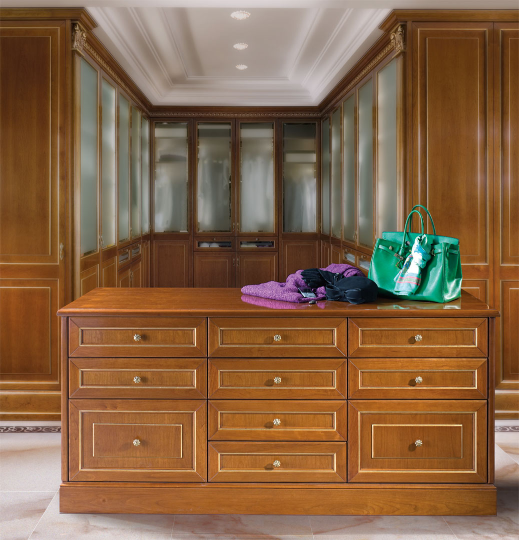 Central island with drawers for valuable accessories