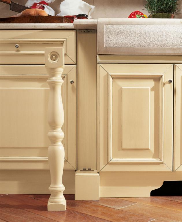A distinguishing feature of Luxury are the removable turned columns