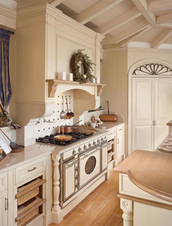 The spacious professional cooker hood is supported by hand carved marble modillions