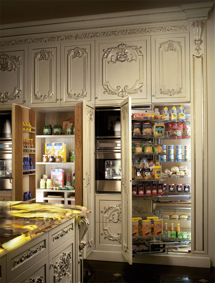 Pantry fitted with shelves and baskets to optimize food storage